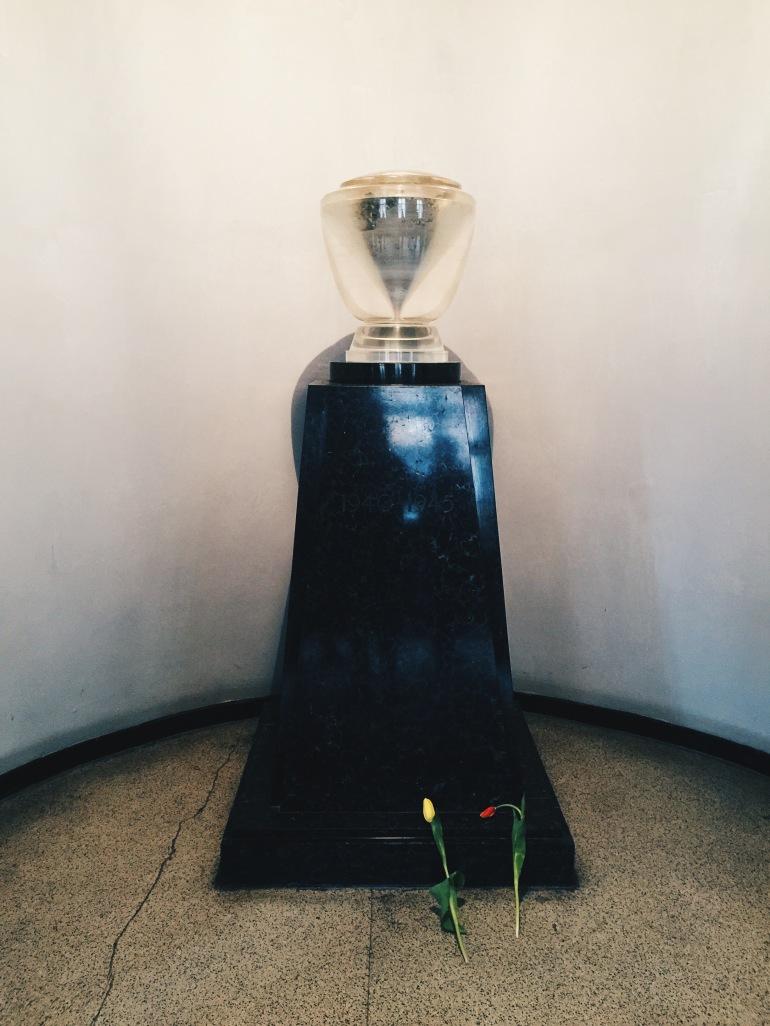 Auschwitz urn