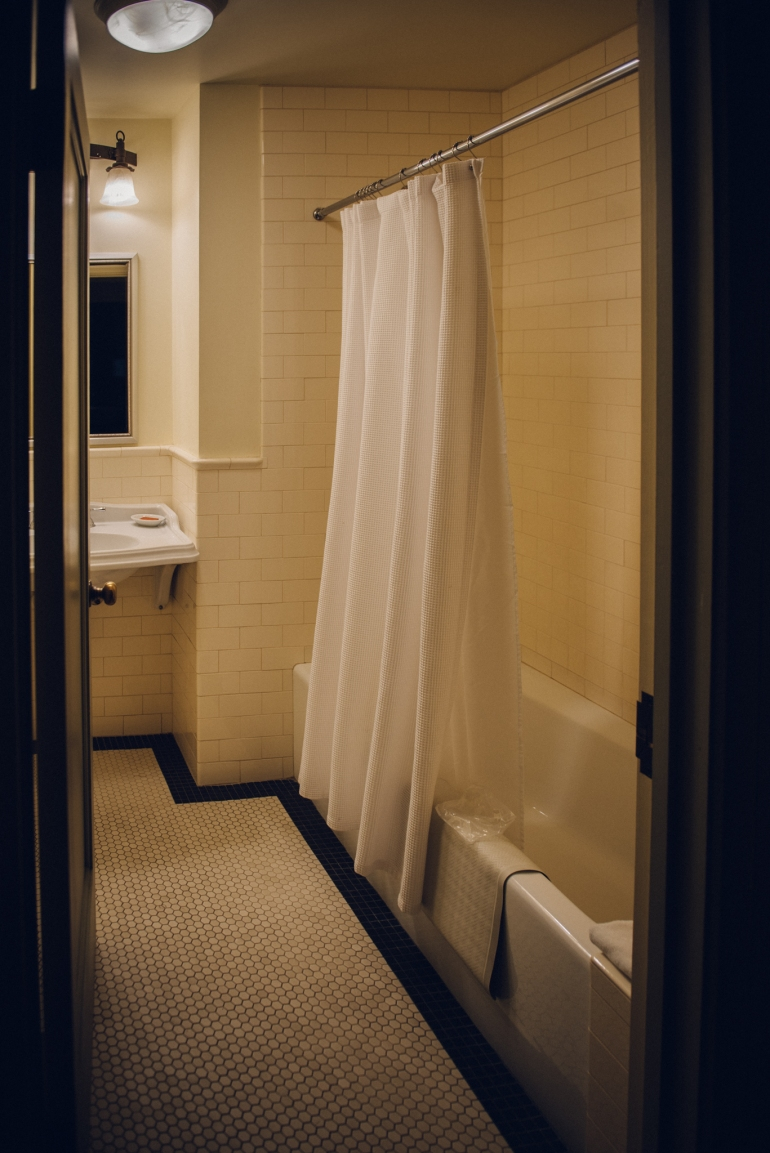 Majestic Yosemite Hotel bathroom