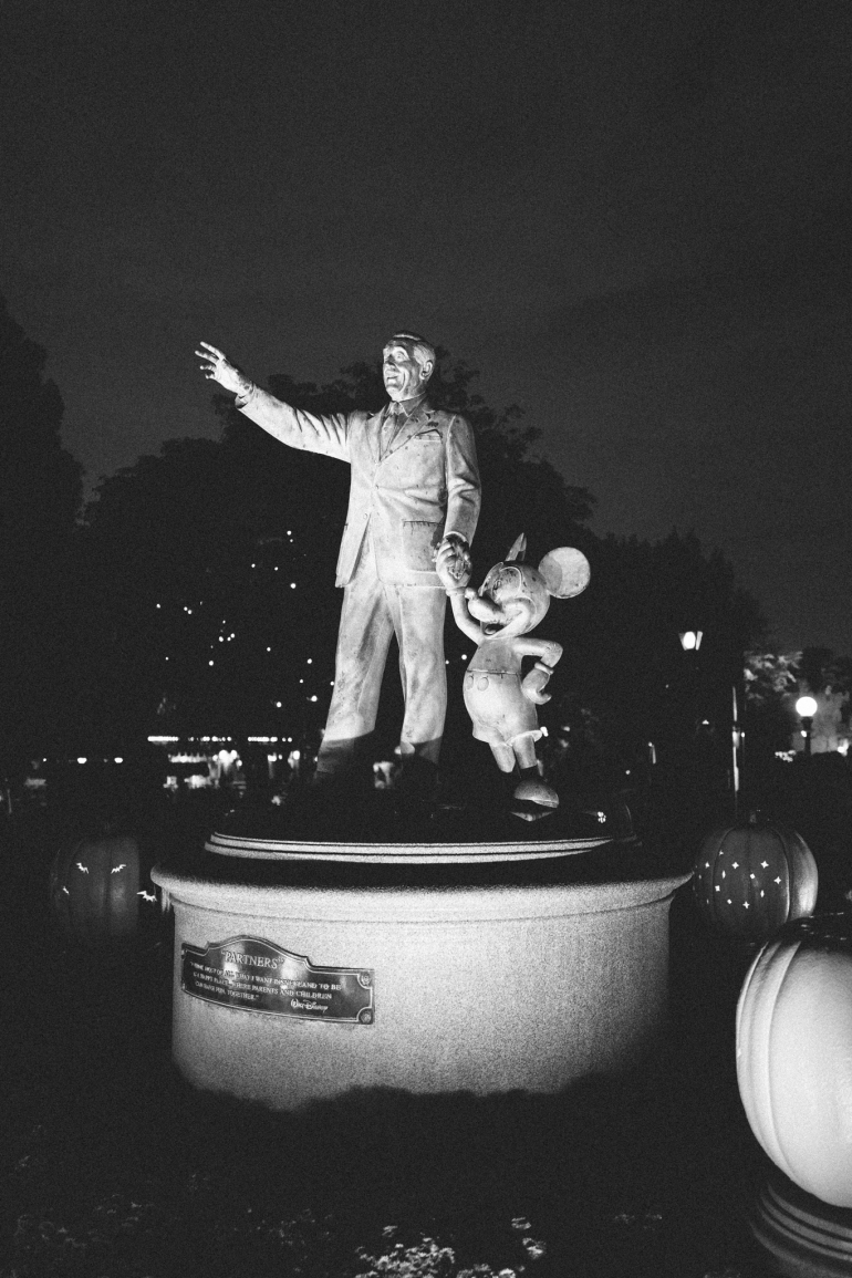 Mickey's Halloween Party - partners statue